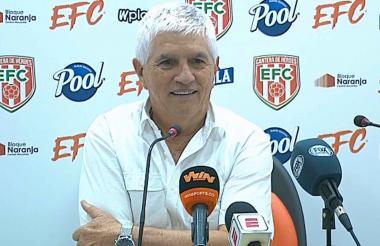 El técnico Julio Avelino Comesaña en rueda de prensa.