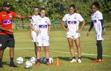 Daniela Montoya, Mariana Cardona (atrás) y Renata Arango reciben indicaciones en un entrenamiento.