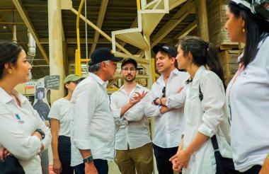 Representantes de la consultora internacional BIG con el gobernador Verano.