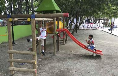 Niños juegan en uno de los tres parques entregados.