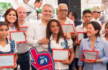 El presidente Duque y la gobernadora Rosa Cotes con estudiantes de El Retén.