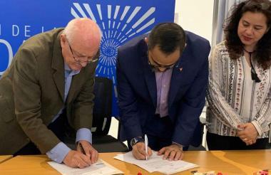 Delegados de la Comisión de la Verdad y Caribe Afirmativo firman el convenio de cooperación.