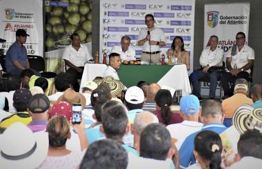 El ministro Valencia durante su intervención. Lo acompañan el gobernador Eduardo Verano; los alcaldes de Palmar, Félix Fontalvo, y de Santo Tomás, Luis Escorcia, la directora del ICA, Deyanira Barrero.