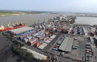 Panorámica aérea de uno de los muelles de la zona portuaria de Barranquilla.