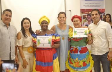La vicepresidenta Marta Lucía Ramírez, entre otros, con dos de las graduandas.