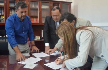 El representante León Fredy Muñoz, de la Alianza Verde, durante la radicación del proyecto de ley.