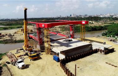 Aspecto de las obras del puente, que comunicará el Gran Malecón del Río con la Avenida del Río.