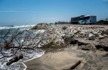 Varios vehículos transitan por la vía Barranquilla- Ciénaga, donde se aprecia el mar a pocos metros de la vía.