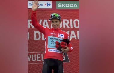 El colombiano Miguel Ángel López celebra con el maillot rojo, tras culminar la etapa 5 de la Vuelta a España.