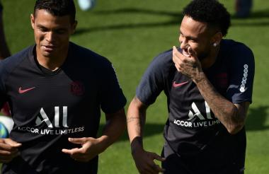 Neymar junto a su compañero y compatriota Thiago Silva.