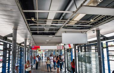 Usuarios esperan en bus en la estación de La 8, en la que también se aprecia el deterioro del techo.