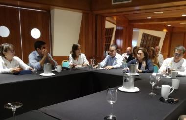 La superintendente de Servicios Públicos, Natasha Avendaño, con gremios de C/gena.