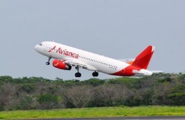Un avión de Avianca durante el despegue de una pista en un aeropuerto del país.