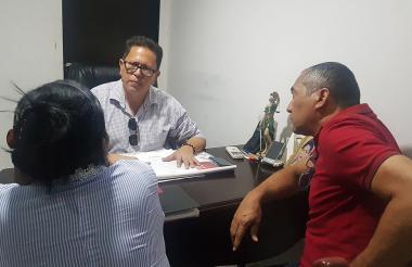 Juan Álvarez, juez de paz y reconsideración, escucha a las partes antes de llegar a un acuerdo.