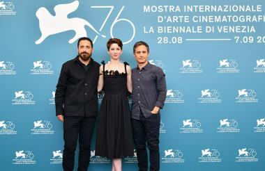 El director chileno Pablo Larrain junto a los actores Mariana Di Girolamo y Gael García Bernal.