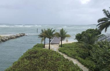 Una vista de las olas cerca de la playa durante la aproximación del huracán Dorian en Nassau, Bahamas.