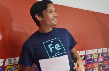 Matías Fernández con el comunicado que entregó a los medios de comunicación.