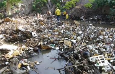 La ciudadania arroja todo tipo de desechos al río Manzanares.