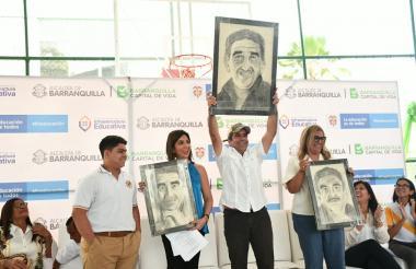 El estudiante David Libreros Villa hizo entrega a la ministra María Victoria Angulo, al alcalde Alejandro Char y a la secretaria Bibiana Rincón, retratos del Nobel de Literatura Gabriel García Márquez que fueron pintados por él.