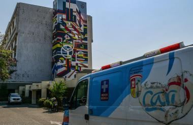 Una ambulancia del Cari entra a las instalaciones de hospital de alta complejidad.