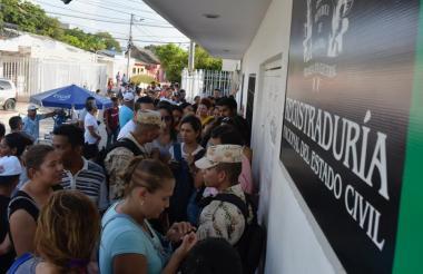 Ciudadanos inscriben sus cédulas en la Registraduría de Soledad.