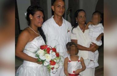 Samir Castillo el día de su boda con Grey Negrete. Junto a ellos su mamá Esther Rojas y dos de sus tres hijos.