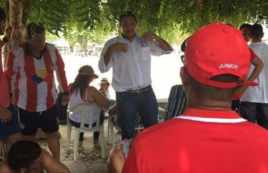 Martín Arzuaga en un momento de diálogo con la comunidad en medio de su campaña.