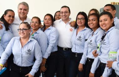 Un grupo del Sena Montelíbano posa junto al presidente Duque este sábado en la inauguración de la nueva sede.