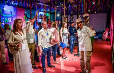 Bervith Andrade y varios turistas en la sala  interactiva de la Casa del Carnaval .