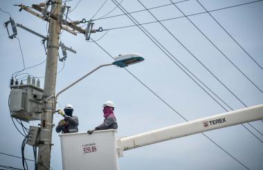 Operarios de la empresa de energía durante labores de mantenimiento.