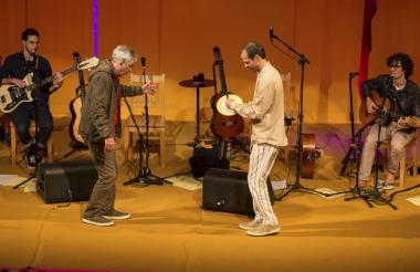 El músico brasileño Caetano Veloso junto a sus hijos Zeca, Moreno y Tom Veloso.