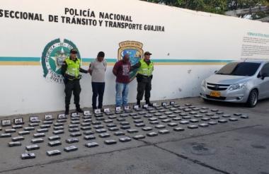 Los dos capturados con la droga sintética y el vehículo en el que la transportaban.