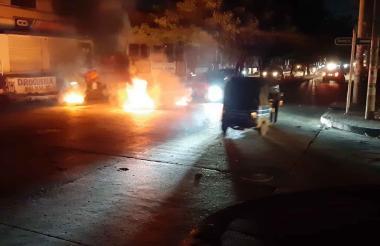 Comunidad del barrio Siete Bocas en Soledad bloquearon la vía con la quema de llantas.