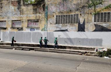 Funcionarios de la Secretaría Distrital de Control Urbano y Espacio Público retiran publicidad política.