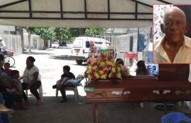 Familiares y vecinos de la calle 29h con carrera 21D en el velorio de Isidro Yáñez.