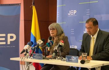 Patricia Linares, presidenta de la JEP, y el fiscal general Mario Espitia.