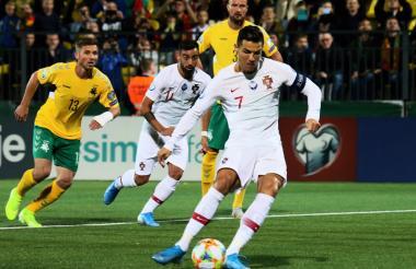 Cristiano Ronaldo convirtiendo de penal, el primero para Portugal.