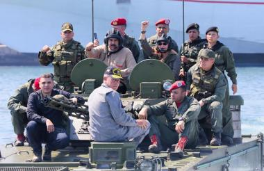 Nicolás Maduro, presidente chavista de Venezuela, y un grupo de militares del mismo país.