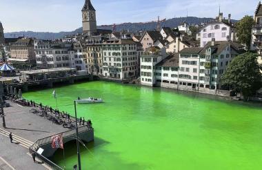 Río Limago, en Zúrich, teñido de verde.