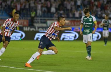 Stiwart Acuña corre a celebrar el gol que le abrió el camino del triunfo a Junior en los 90 minutos de juego. Lo acompaña Luis Sandoval.