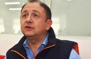 El funcionario de la Dian, Daniel Alberto Acevedo Escobar durante su visita a EL HERALDO.