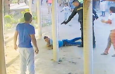 Imagen de video en el que se ve a un uniformado disparando al joven.
