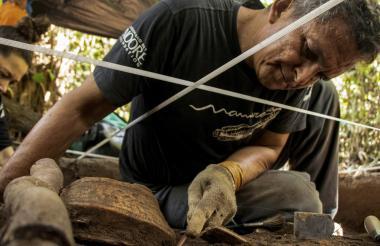 Un investigador examina un recipiente en el complejo arqueológico Bom Jesus da Ponta da Castanha.