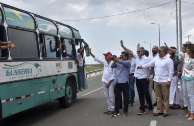Duque y su comitiva saluda a un grupo de trabajadores.