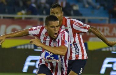 El extremo currambero Stiwart Acuña celebra emocionado su gol ante el Cali. 'El Chino', atrás, lo acompaña.