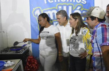 Emperatiz Morales, Iván Duque, María Fernanda Suárez, Alejandro Char y Eduardo Verano durante el encendido de la estufa de la usuaria un millón.