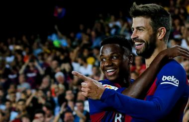El joven de 16 años Ansu Fati, quien abrió el marcador, junto a Gerard Piqué, que puso el 3-1.