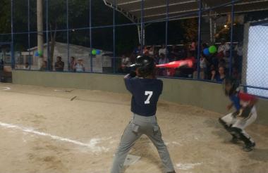 Jhonier Gómez, al bate en el nuevo estadio del barrio El Hipódromo.