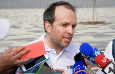 Ernesto Lucena, ministro de Deporte, habla con medios de comunicación durante el Taller Construyendo País.