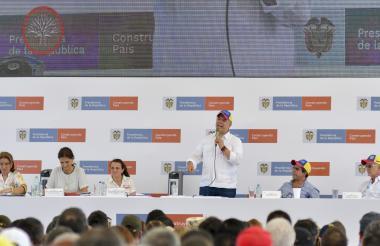 La consejera Karen Abudinen, el presidente Iván Duque, el alcalde Alejandro Char y el gobernador Eduardo Verano, durante el taller en el Malecón.